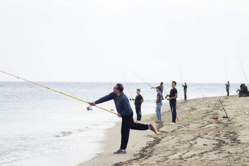 familia pescadora playa